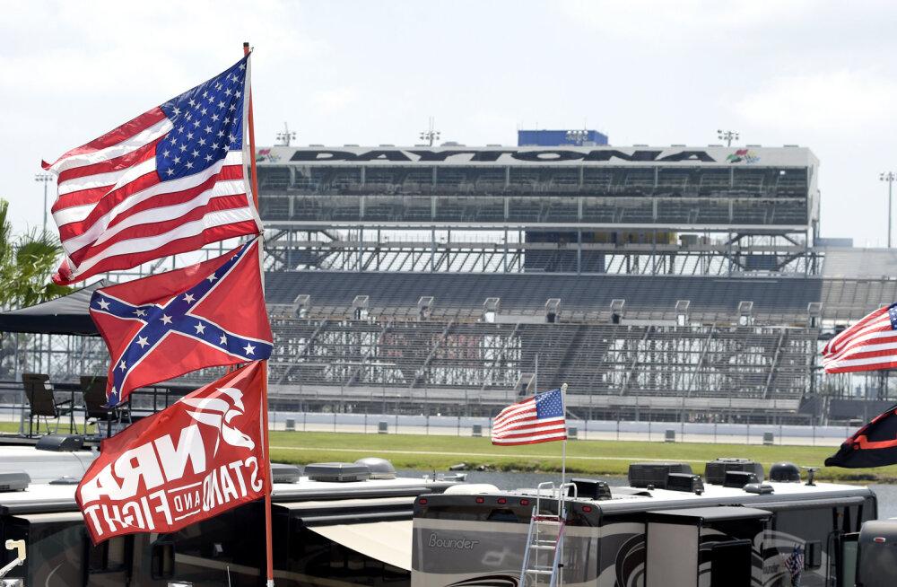 USA kereautode sari NASCAR eemaldab oma võistlustelt rassistliku alatooniga lipu