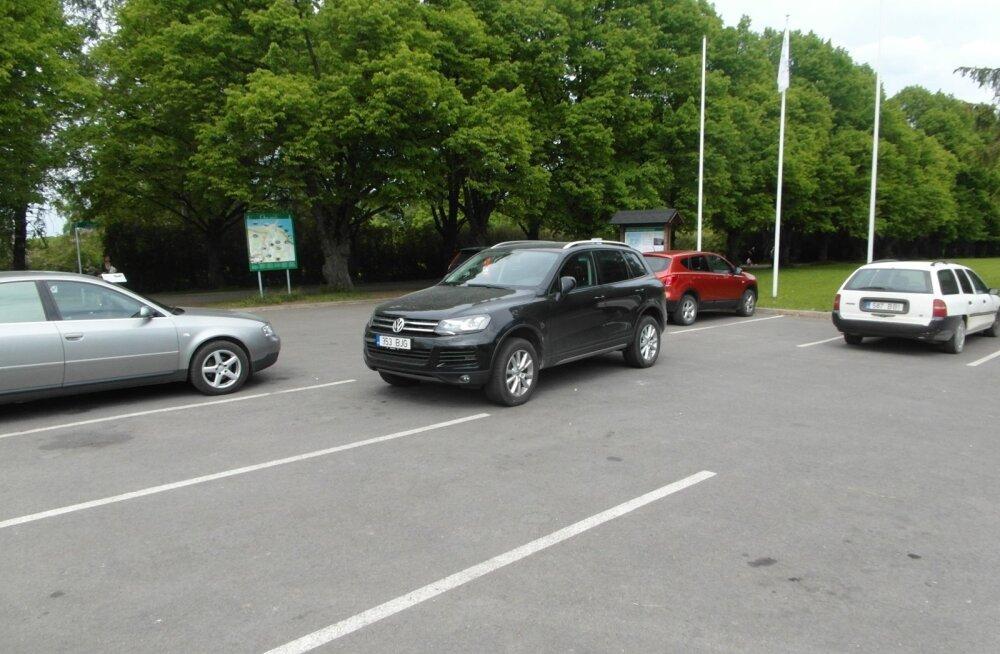 Saamatult pargitud Volkswagen Oru pargi parklas