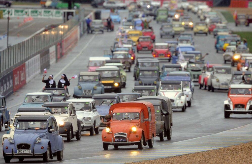 Ei mingeid vanureid: Pariis keelas eakatel autodel linnatänavail sõitmise