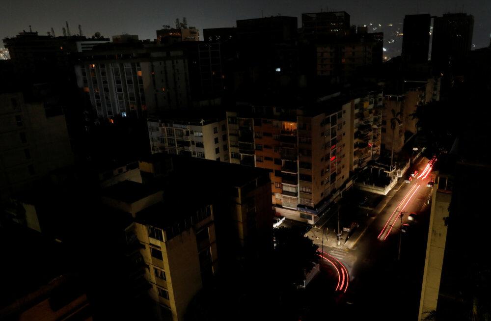 Венесуэла остается без света уже более 30 часов