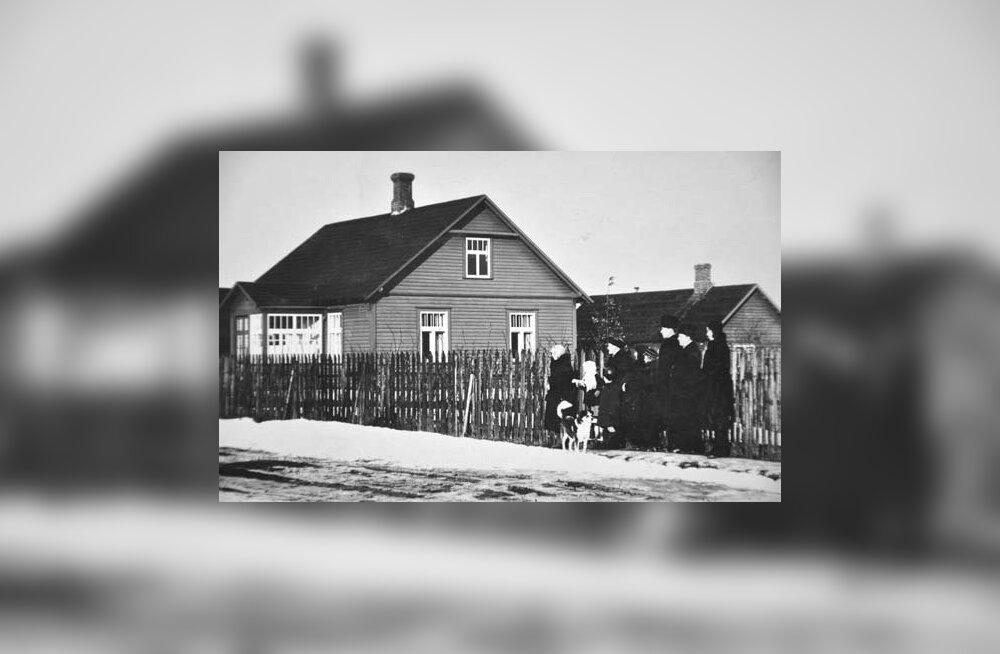 1932 - Selle Sauna tänav 8 maja ehitas Johannes-Voldemar Tibo, kes on ka ise oma pere ja tuttavatega pildi peale jäädvustatud