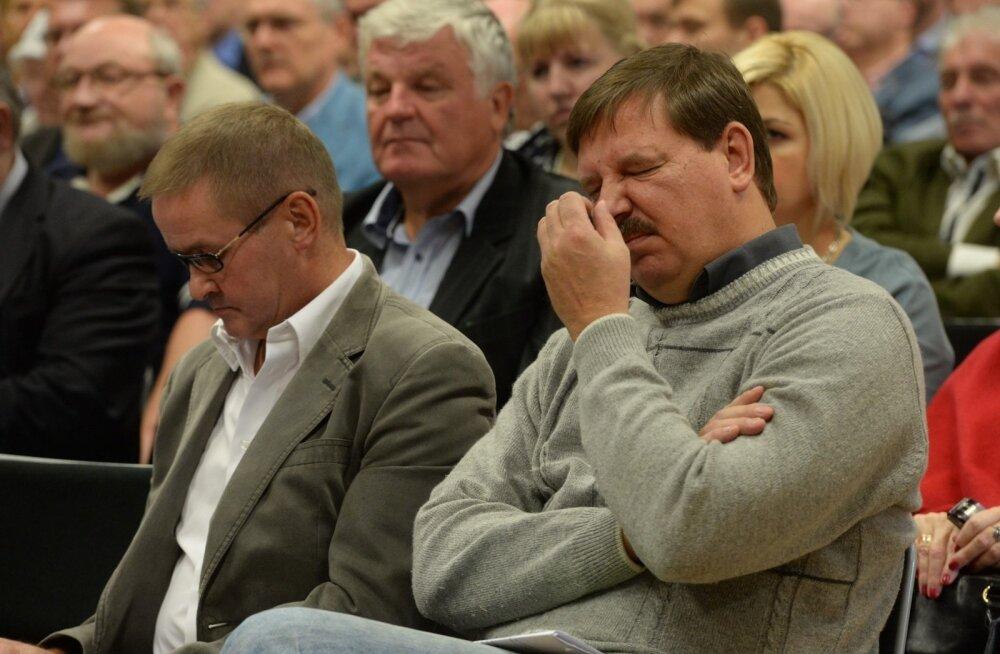 DELFI FOTOD: Äärmiselt mornide nägudega Keskerakonna volikogu kogunes oma esimehega seotud altkäemaksuskandaali arutama