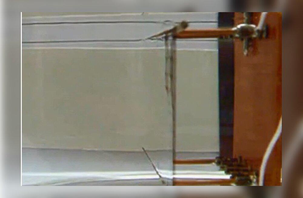Nähtamatuks tegev mantel teeb varjatust hoopis elektromagnetilise majaka