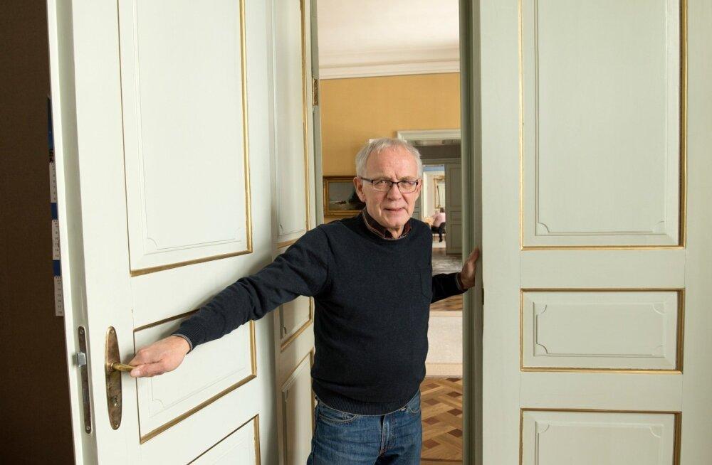 Kõigi sõja-järgsete riigikogu koosseisude liige Eiki Nestor, kes seekord aga valituks ei saanud, paneb Toompeal ukse kinni ja on vaba mees.