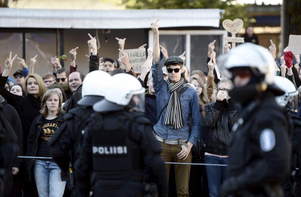 Ärev olukord Soomes: 50 maskis inimest hakkas politseid Türgi saatkonna juures kividega pilduma