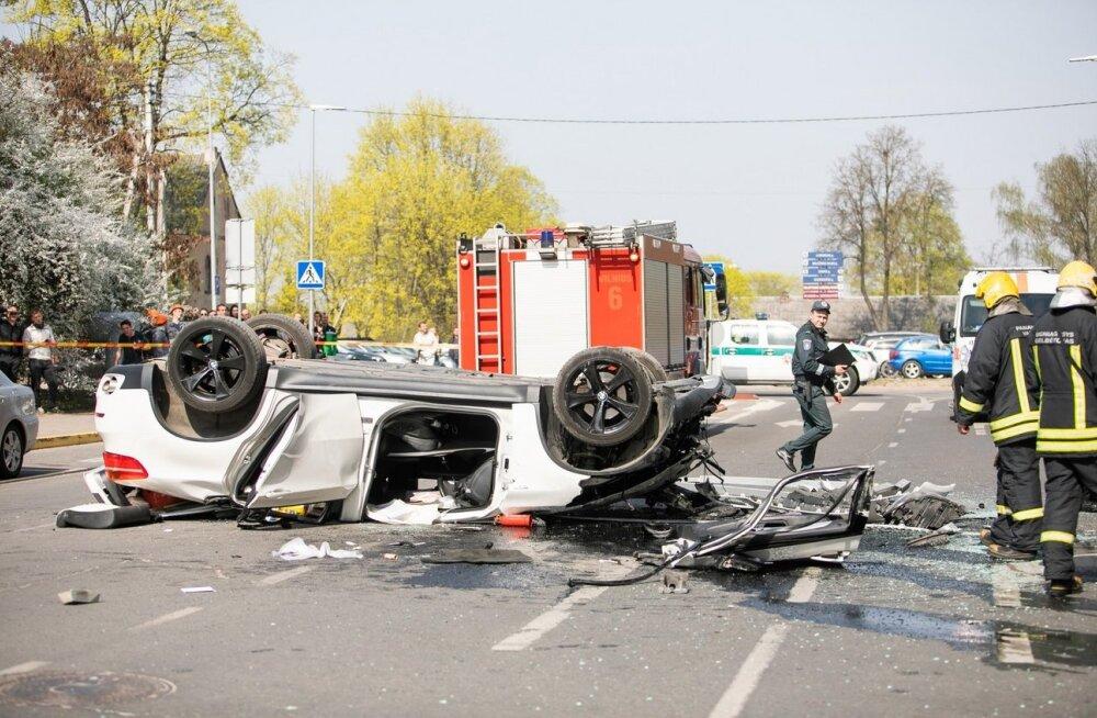 FOTOD   Vilniuses sõitis auto läbi parkimismaja seina ja kukkus kolmandalt korruselt tänavale