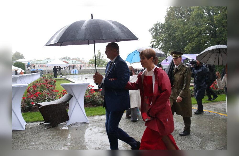 ФОТО DELFI: Как президент Кальюлайд на приеме спасалась от ливня?