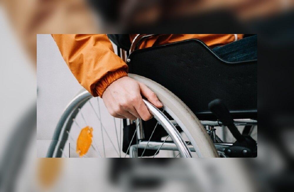 В Японии инвалиду пришлось по требованию авиакомпании ползком подниматься на борт самолета