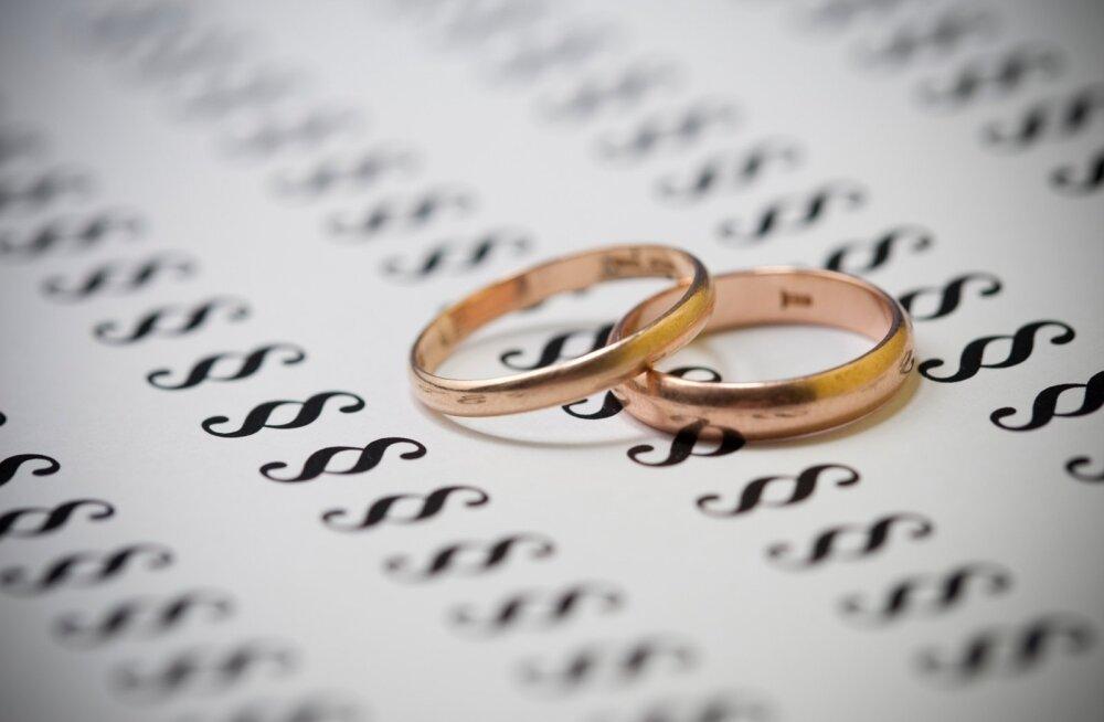 Abielunaine pihib: olen leppinud sellega, et mehel on armukesed. Lahkuminek poleks lahendus