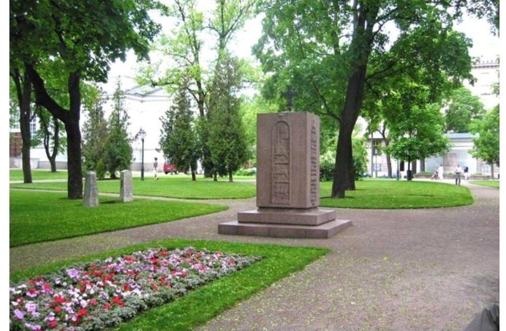 Helsingi Eesti Vabadussõjas langenud Soome vabatahtlike mälestusmärgil aastaid valepidi olnud rist keeratakse õigesse suunda