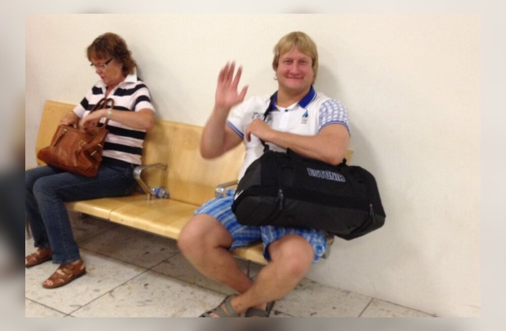 Martin Padar Gatwicki lennujaamas pagasit ootamas