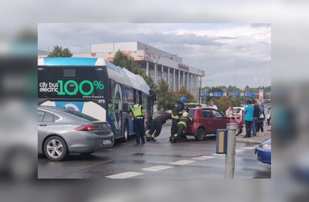 ФОТО | В Тарту столкнулись автобус и легковой автомобиль