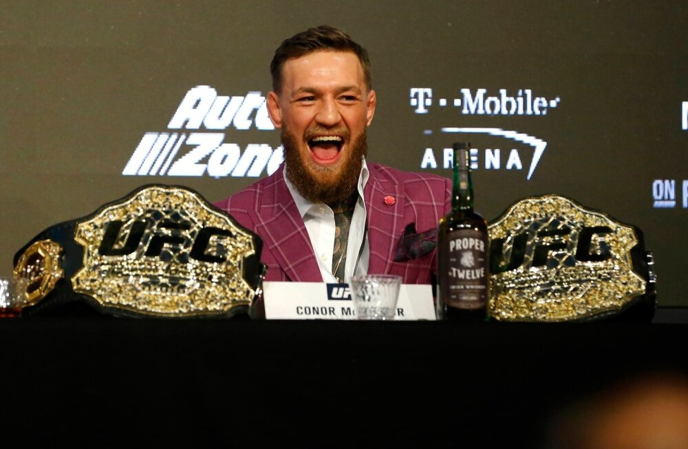 Conor McGregor tõi pressikonverentsile kaks meistrivööd, mida tal tegelikult enam ei ole. Lisaks pani ta lauale enda uue viskibrändi Proper No 12 pudeli. Viimase sisu läks ka tarvitamisele.