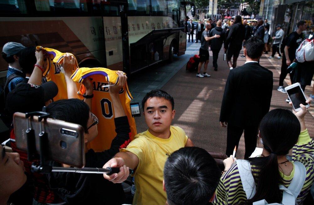 Oma NBA lemmikuid ootavad hiina fännid jäädvustavad enda jaoks olulist hetke.