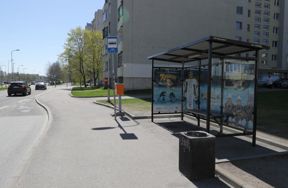 ФОТО С МЕСТА ПРОИСШЕСТВИЯ: В Ласнамяэ около остановки стреляли в людей из пневматического оружия