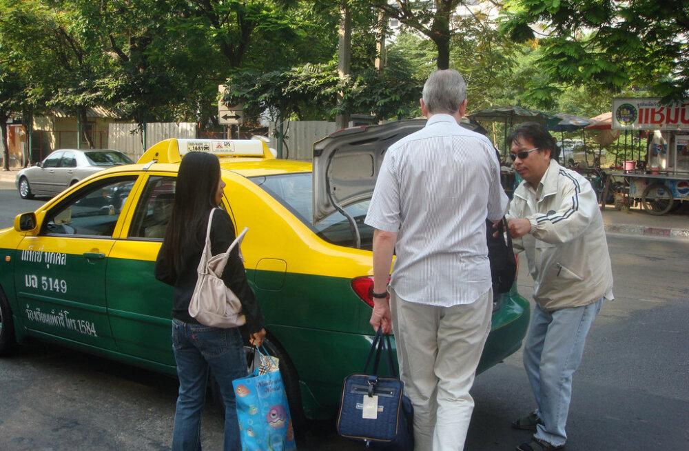 """""""Не могу поверить своему счастью!"""" Тайский таксист вернул туристу забытую сумку с 10000 долларов"""