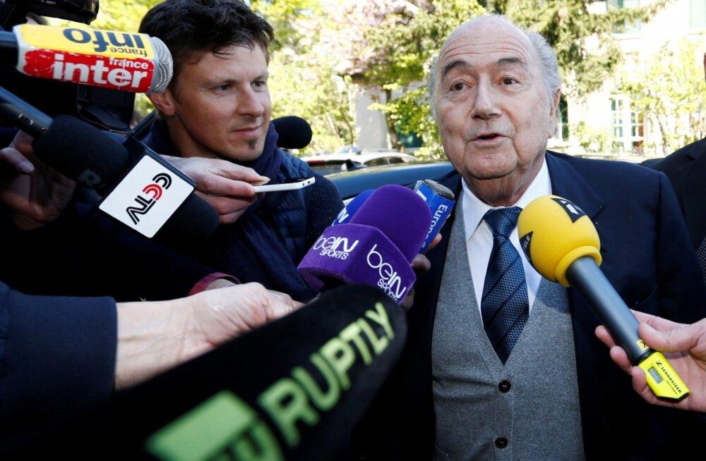 Sepp Blatter ajakirjanike piiramisrõngas