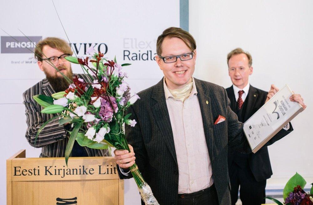 Vahur Afanasjev žürii esimehe Jan Kausi (vasakul) ja kirjanike liidu juhi Tiit Aleksejeviga