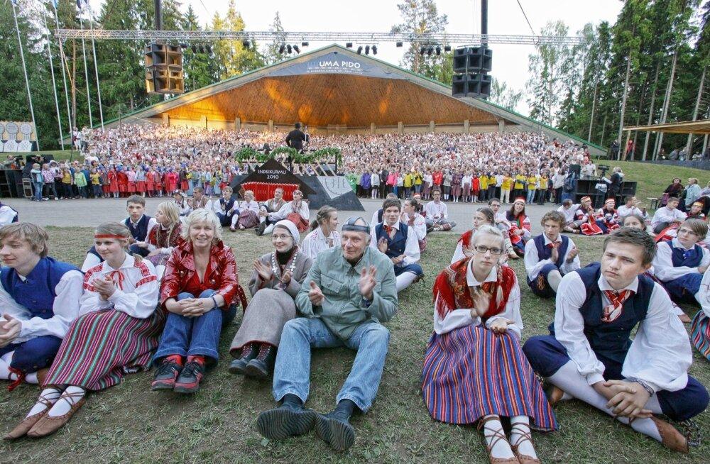 Ja kui siis hakkas mürtsuma suur puhkpilliorkester, publik tõusis püsti, päike säras, tuul paitas päid ning kõik me laulsime...