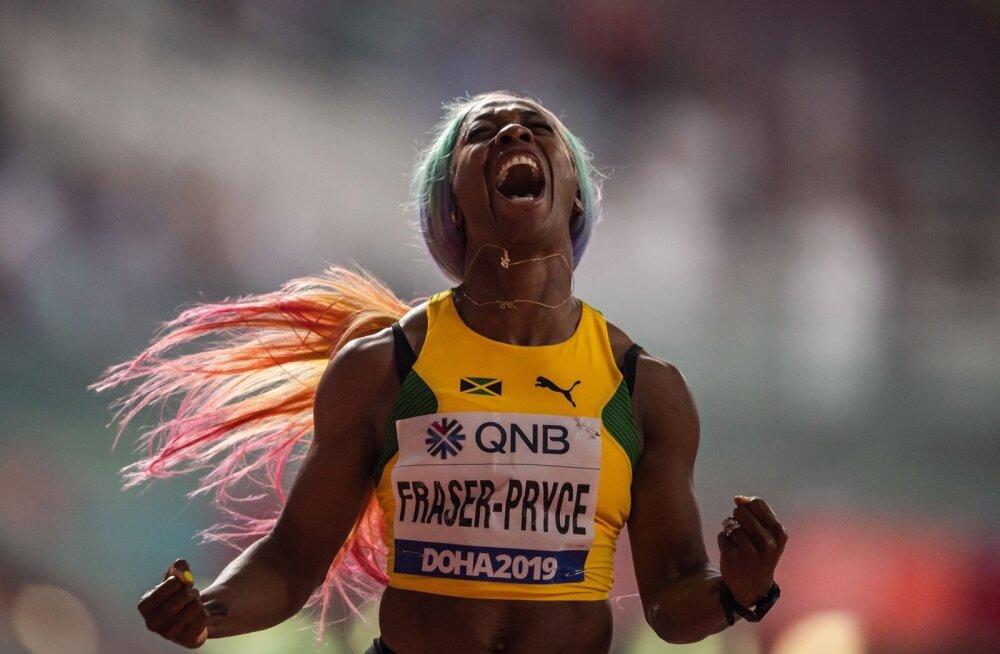 Shelly-Ann Fraser-Pryce tähistamas Dohas võidetud MM-tiitlit.