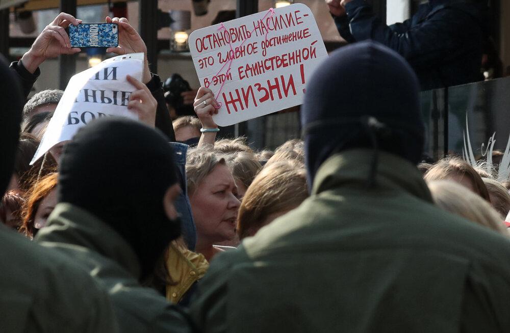 Протесты в Беларуси: жесткие задержания женщин на марше в Минске