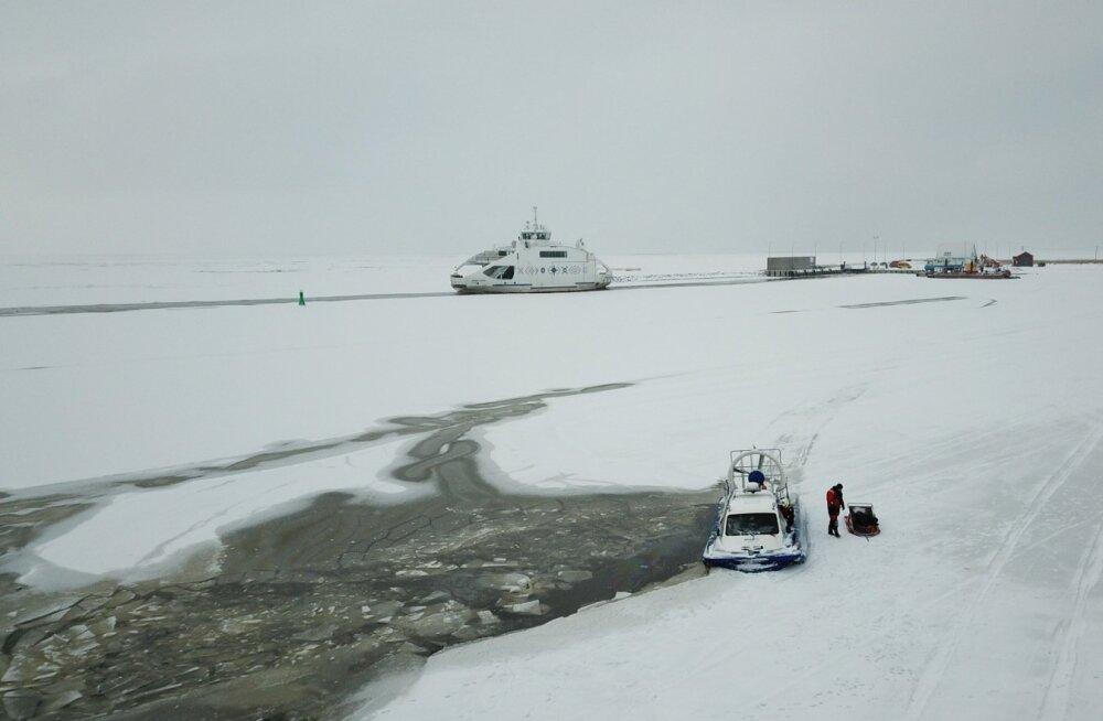 Läbi jää vajunud väikebuss Munalaiul