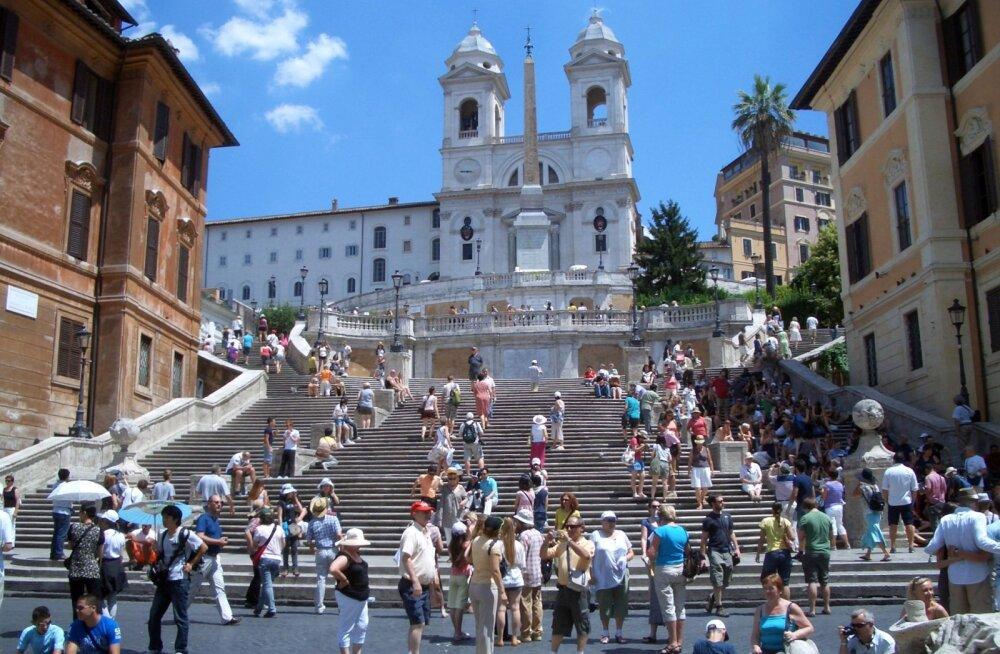 Roomas lähevad reeglid järjest karmimaks! Enam ei tohi isegi Hispaania treppidel istuda