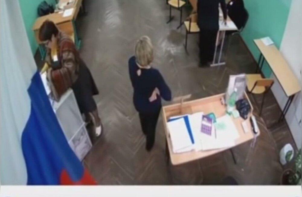 ВИДЕО: Как на избирательных участках в РФ происходили вбросы