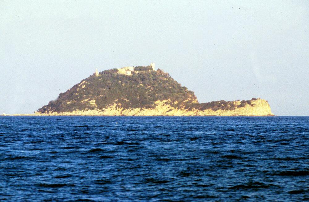 Украинский миллионер купил себе живописный остров в Италии. Местные власти хотят признать сделку недействительной и вернуть остров государству