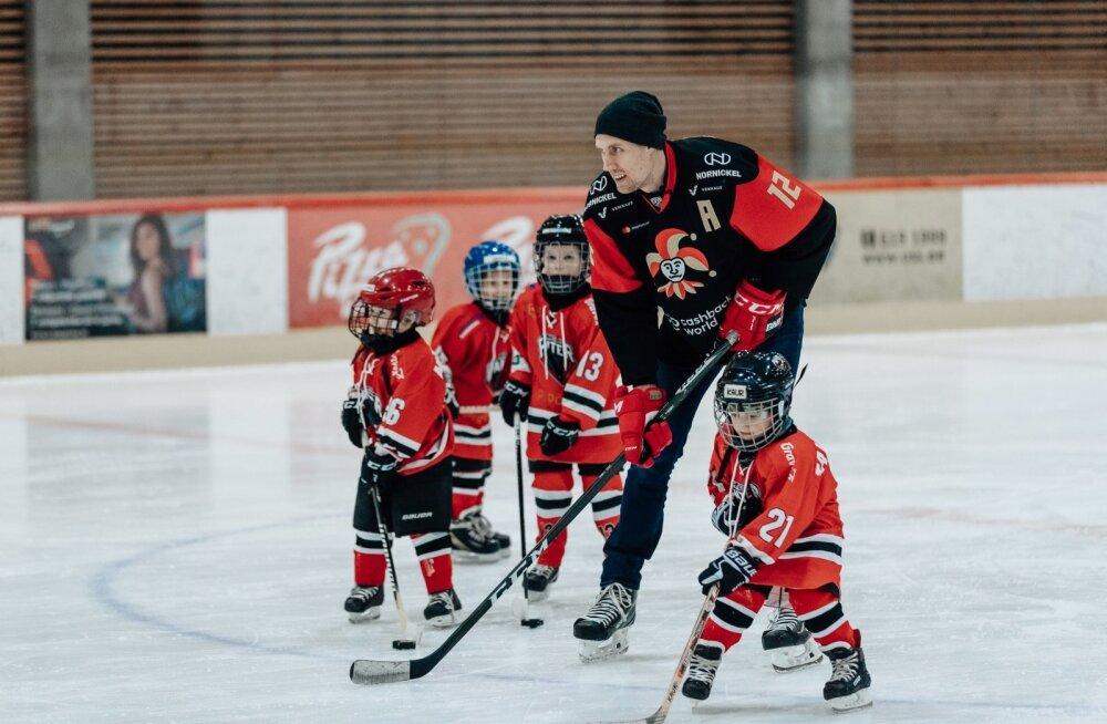 Maailmameister Marko Anttila naudib jääl laste seltskonda.