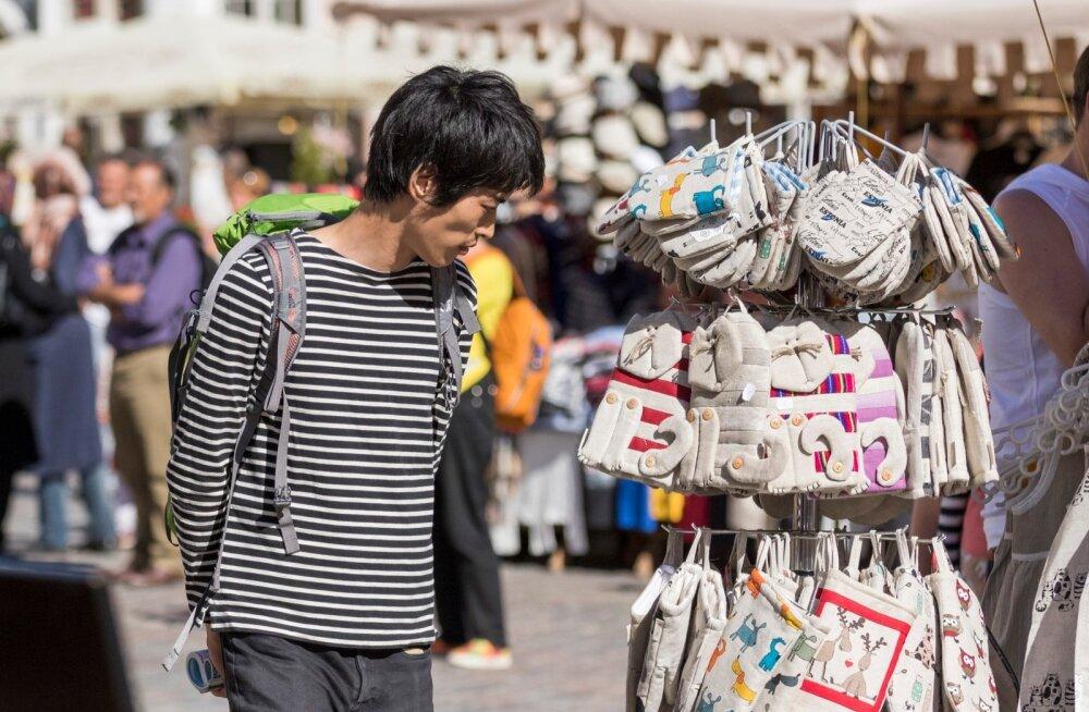 Hiina turiste nähti tänavugi Tallinna tänavatel. Enamasti liikusid nad suurte gruppidena, tehes sageli käigult koju videokõnesid.