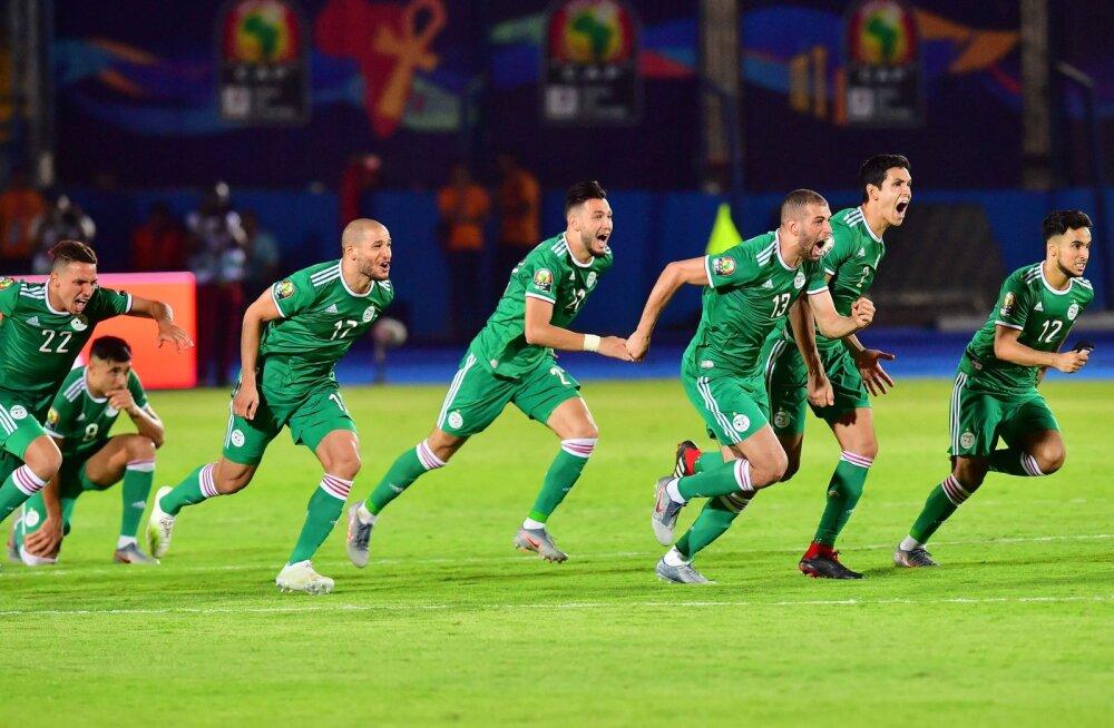 Alžeeria jalgpallurid juubeldavad