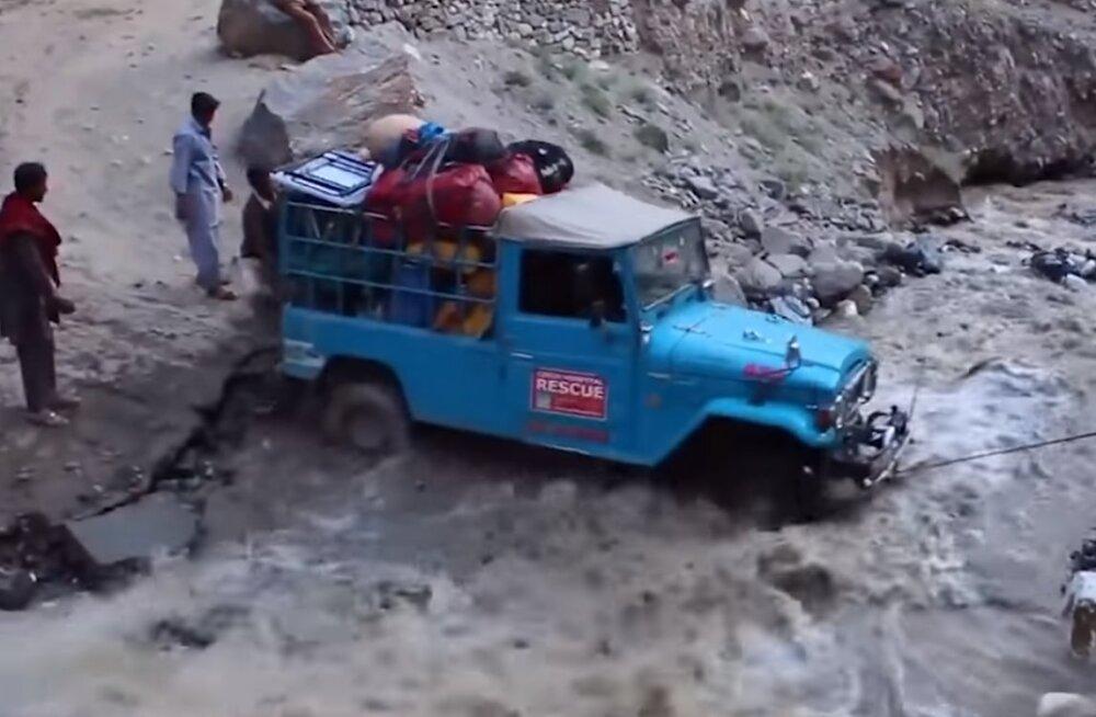 ВИДЕО | Грязный дрифт, каскадеры среди нас, матрас-самолет и другие случаи на дороге