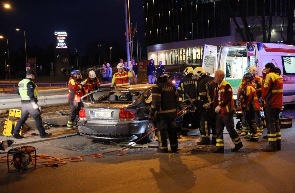 ФОТО: В Таллинне столкнулись две машины. Водитель одной машины скрылся с места происшествия. Во второй машине пострадали двое человек