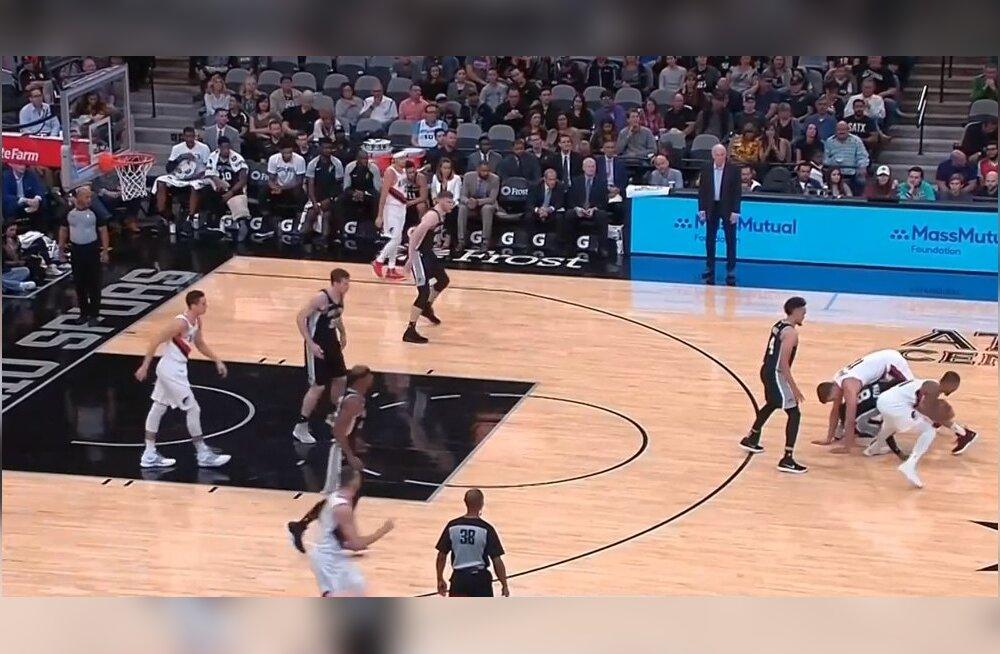 VIDEO | Aasta kõige veidram kate? NBA mängija kasutas joogapoosi, et kaaslasele hea viskekoht tekitada