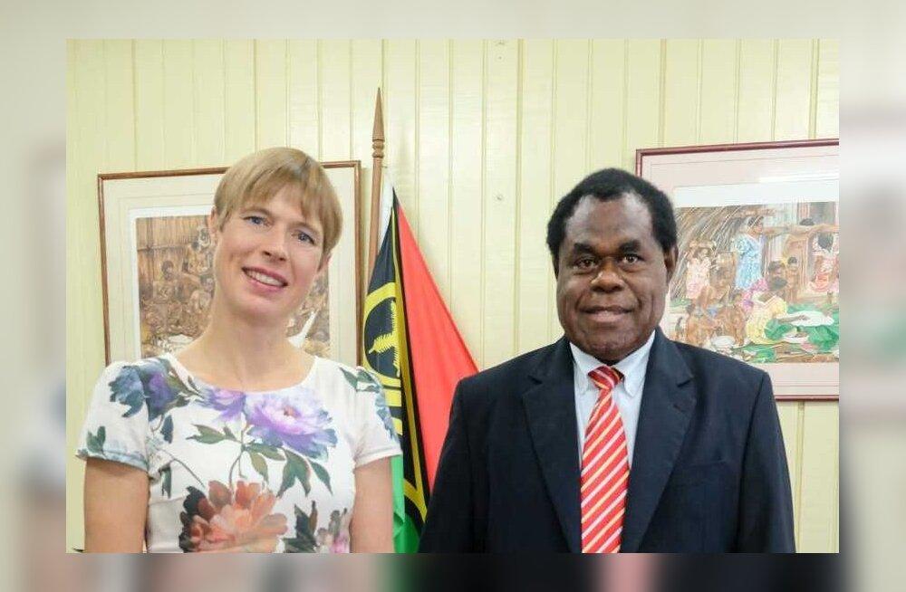 Kersti Kaljulaid koos parlamendi spiikri Esmon Saimoniga