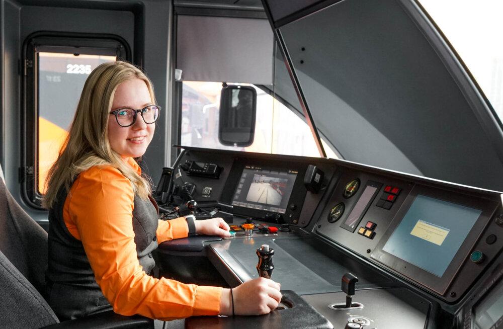 22-aastane rongijuht Merily: alguses naljatati ikka, et kuidas nii väike tüdruk nii suurt masinat juhtima hakkab