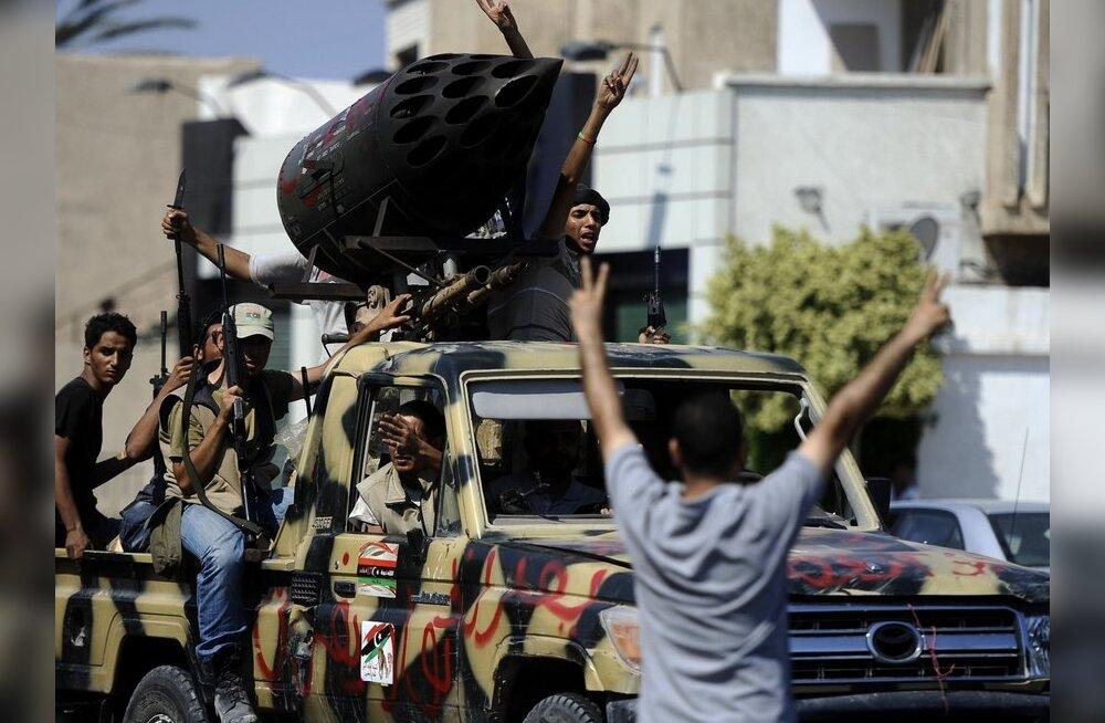 Ливийские повстанцы приступили к сносу резиденции Каддафи
