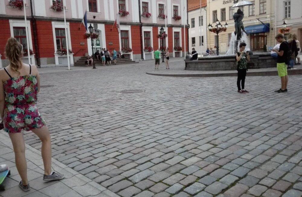 LUGEJA FOTO: Terve Eesti otsib Pokémone! Tartu Raekoja platsil mängitakse usinasti uut mobiilimängu