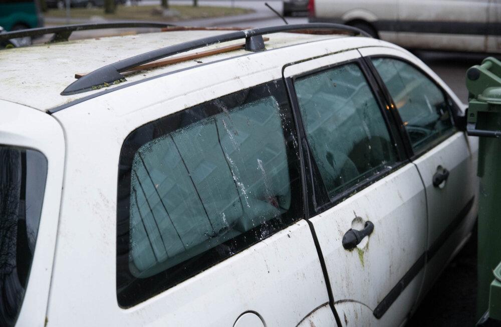 Читатель: в Ласнамяэ на парковке жилого дома в брошенном автомобиле живет бомж