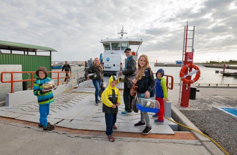 Eilne hommik: pärast mitut päeva tõsist pakkimist on kõik kolimiseks valmis ning parvlaev Wrangö viib perekond Prooveri Pranglile. Algab uus elu nii pere kui kogu saarerahva jaoks. Oma esimesele merereisile läheb ka hamster Täpik. Tort lõigatakse piduliku