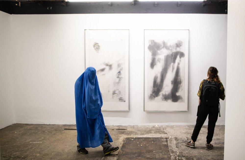 """Näituse """"Pilvepurustajad. Intensiivsus vs. kavatsus"""" avamine Eesti kaasaegse kunsti muuseumis."""
