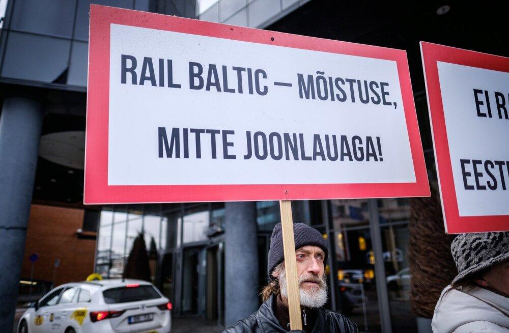Lisaks avalikele pöördumistele, mis on riigikogule ja valitsusele saadetud, on Rail Balticu vastased tulnud ka tänavatele. Pildil Rail Balticu vastane protest 10. aprillil 2018.