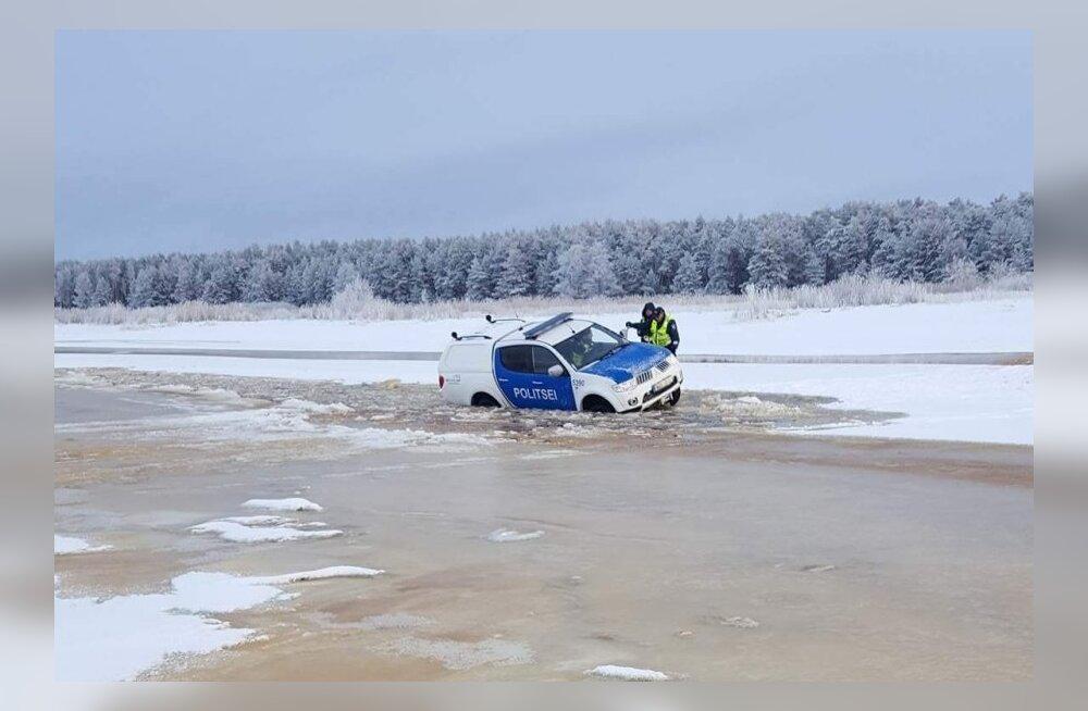 ФОТО читателя Delfi: В Пярнумаа автомобиль полиции провалился под лед