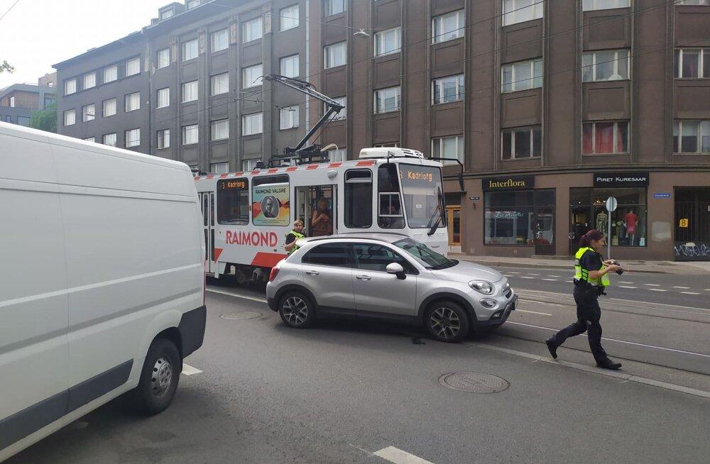 FOTOD | Tallinna südalinnas põrkasid kokku tramm ja auto