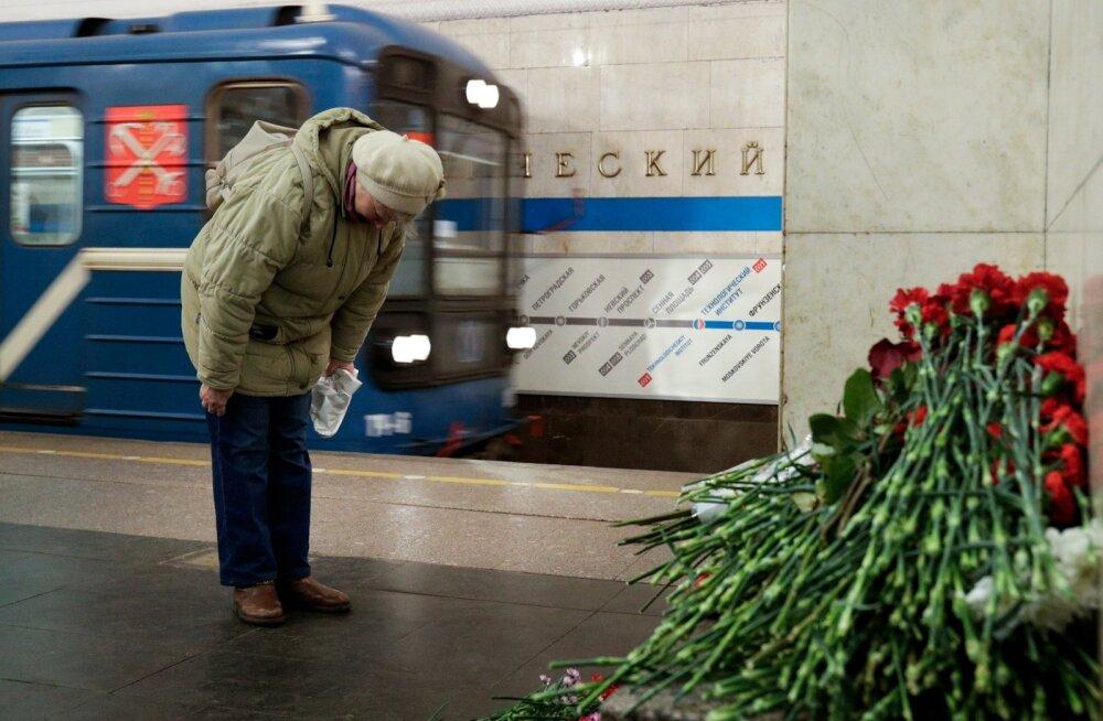 Peterburi Tehnoloogiainstituudi metroopeatuses langetasid inimesed eile rünnakuohvrite mälestuseks pea.