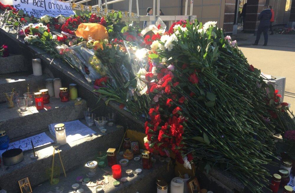 Terroriakti ohvrite mälestuseks kujunesid Peterburis isetekkelised memoriaalid.
