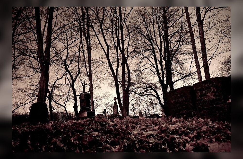 Miks on meie surnuaiad õhtuti nagu õudusfilmis?