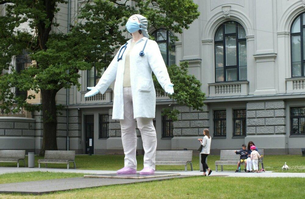 Монумент докторам у рижской Академии искусств
