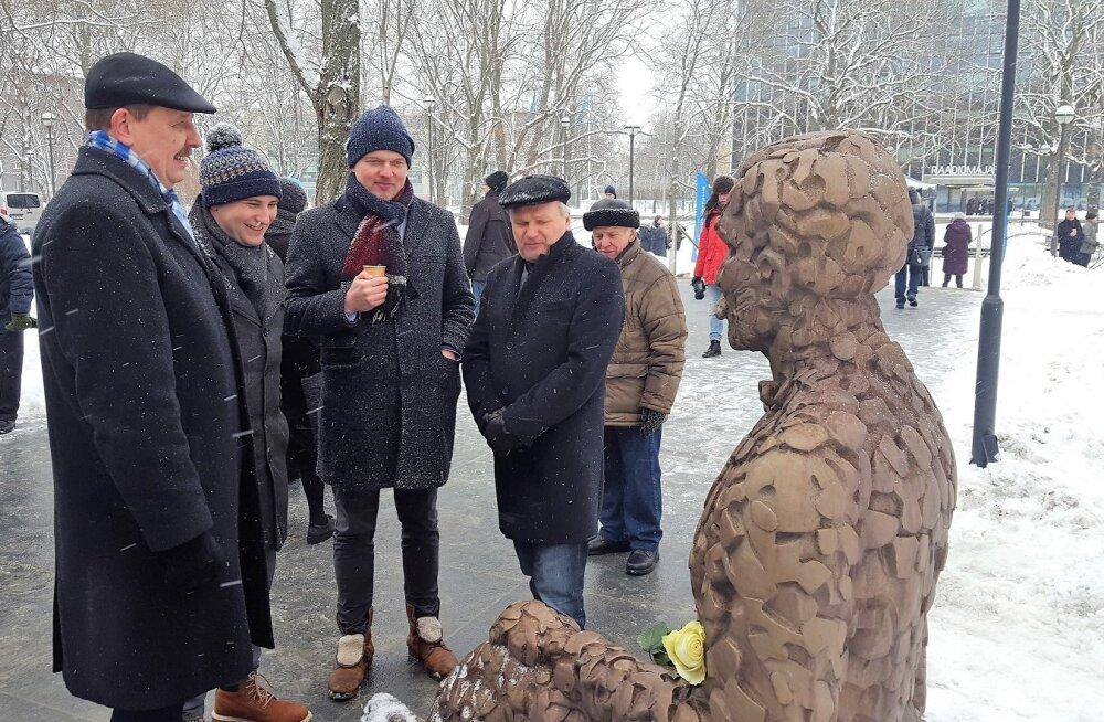 ФОТО: В Таллинне установлен памятник Вольдемару и Эльфриде Лендерам